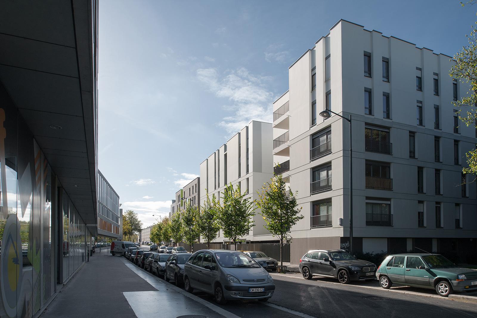 La rue nouvelle entre tissu résidentiel et immeubles tertiaires – architectes Crusson (1er plan droite), Nizou puis Langyel (2ème plan droite)