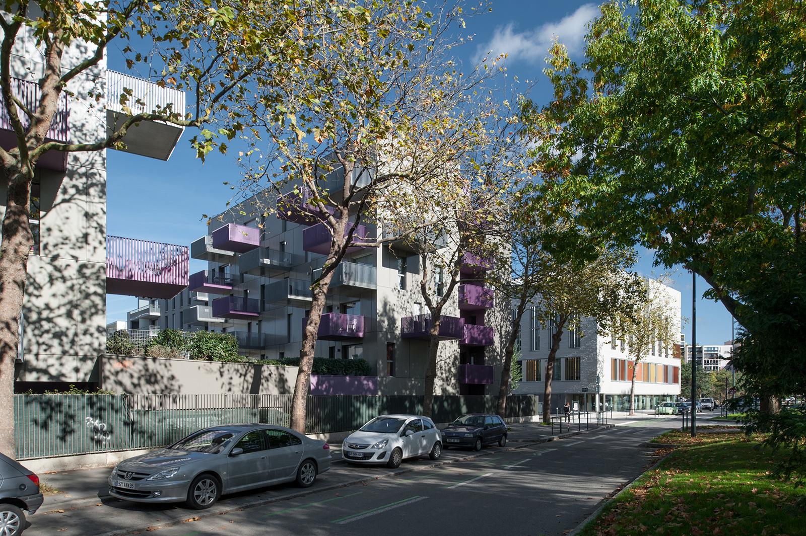 Les plots dans l'espace paysager du boulevard de l'Yser - architectes : Gilet (1er plan), Gaudin  (2ème plan)