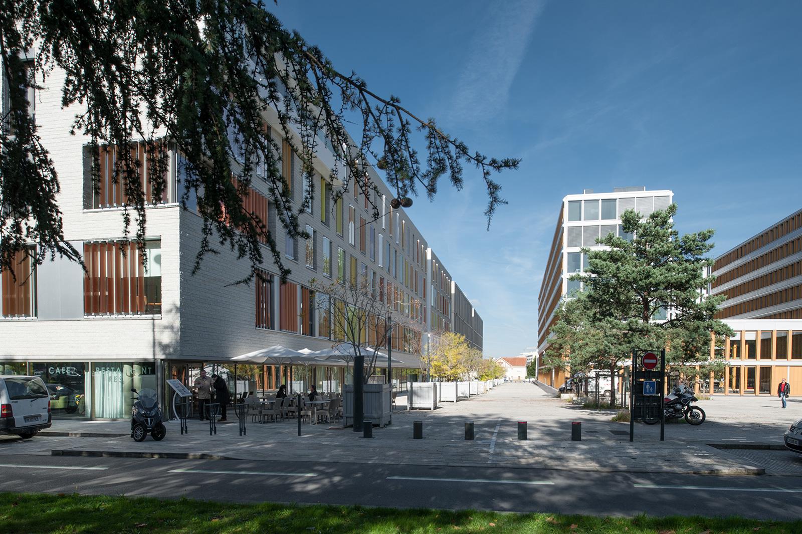 Les immeubles tertiaires en fond de place – architectes : Gaudin  (1er plan gauche), Cras (2ème plan gauche), Berger (droite)