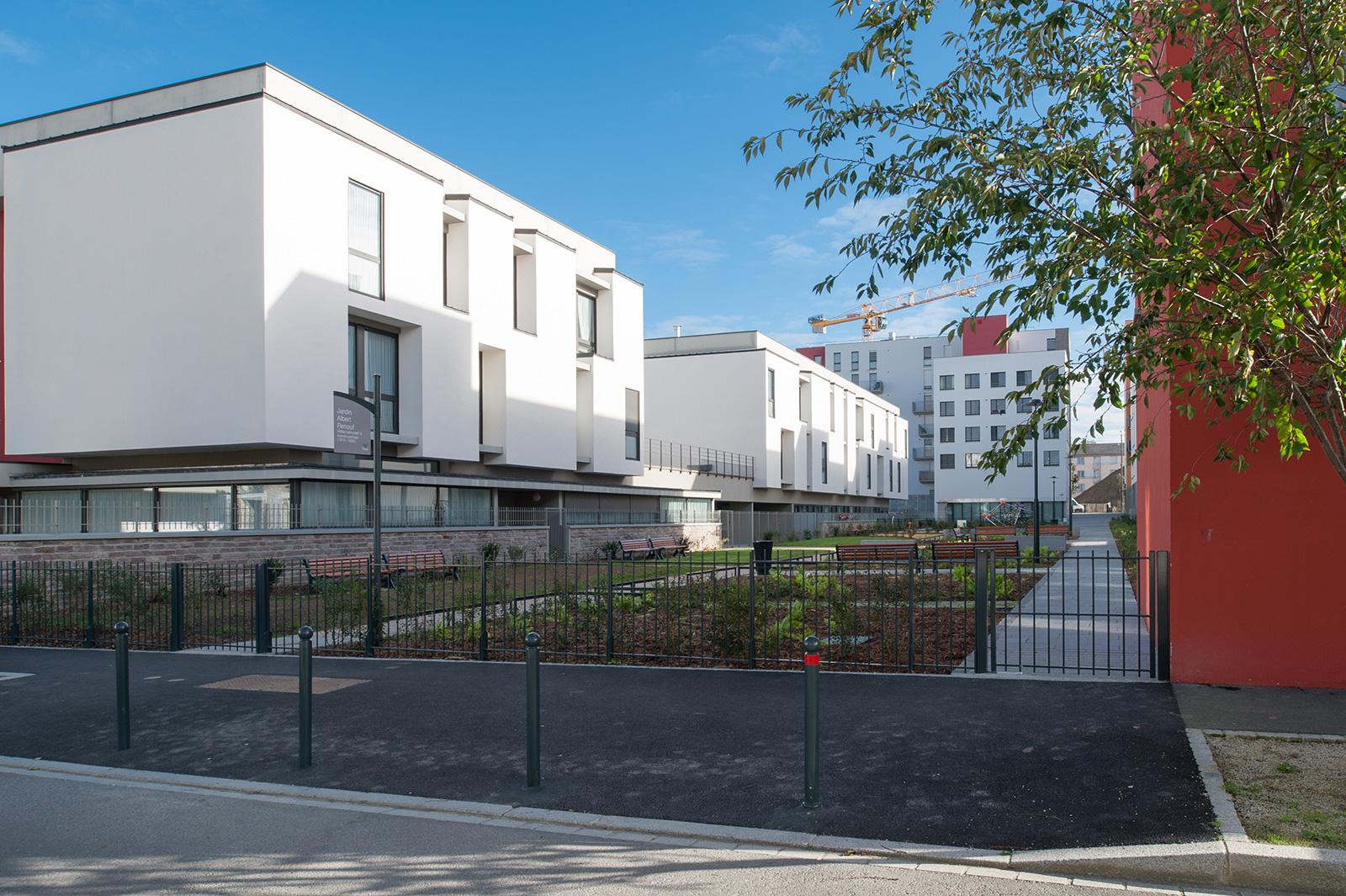 Le jardin public intérieur – architectes pqh2 (à gauche), Dunet (à droite), xxx au fond