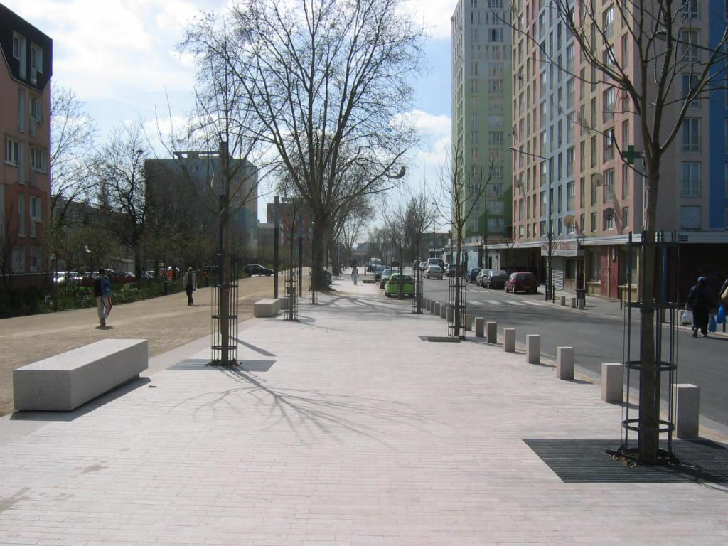 La rue George Sand, un nouvel axe de centralité et de désenclavement du quartier, une grande voie-promenade intérieure sur laquelle s'adressent les équipements et les tours -– maitrise d'œuvre germe&JAM