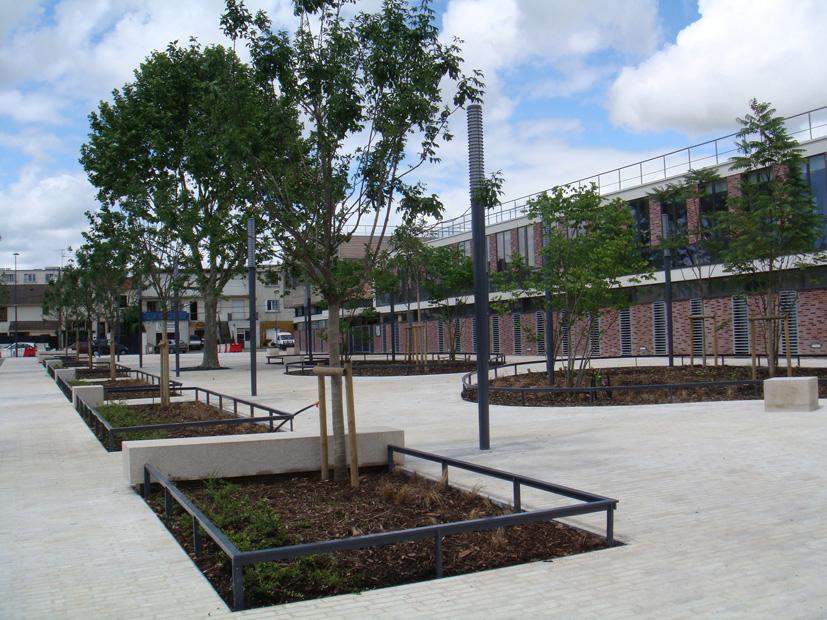 Le nouveau groupe scolaire Romain Rolland (architecte I.Biro) et la place de l'école ouverte sur l'ancienne rue du bourg
